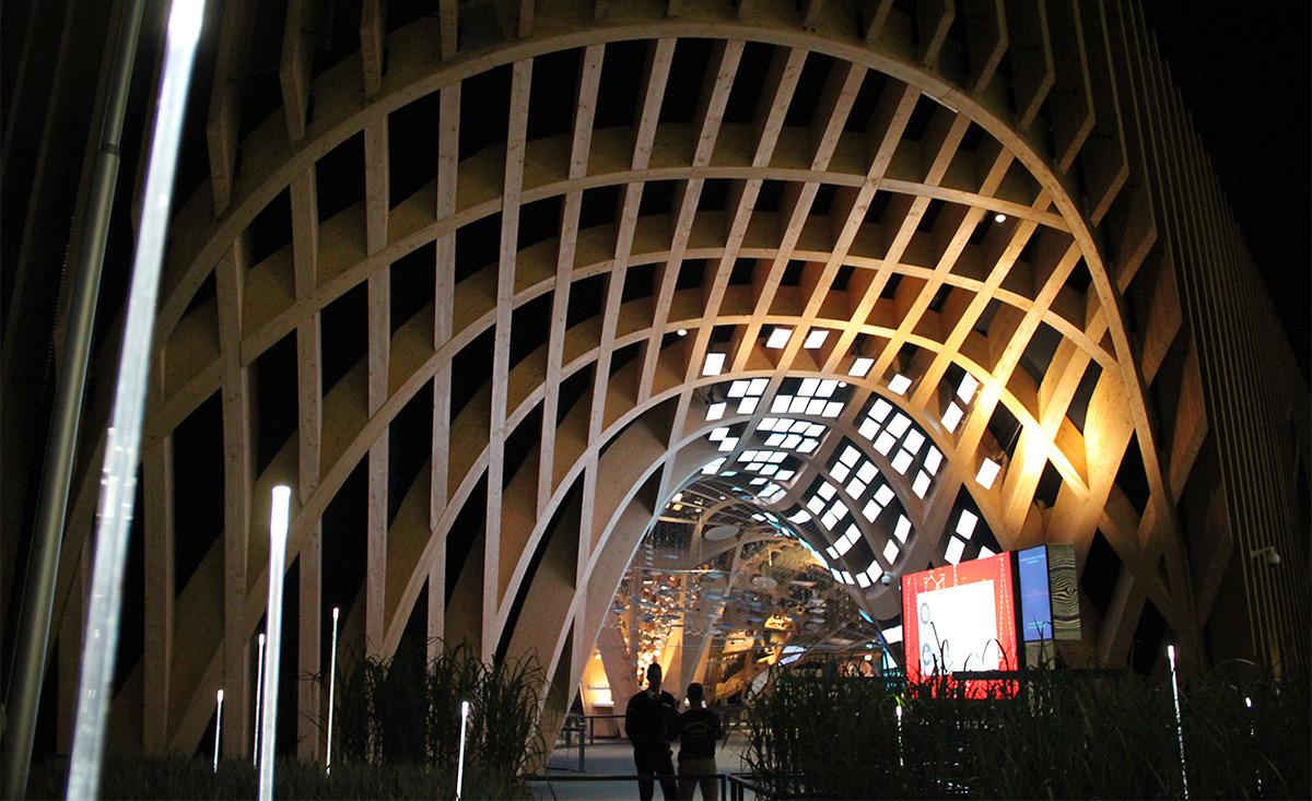 Expo 2015, Pavillon France, Milan, Italie - Entrée, la nuit - Architectes XTU - Scénographie Adeline Rispal - Conception Lumiere Licht Kunst Licht - Photo Vincent Laganier