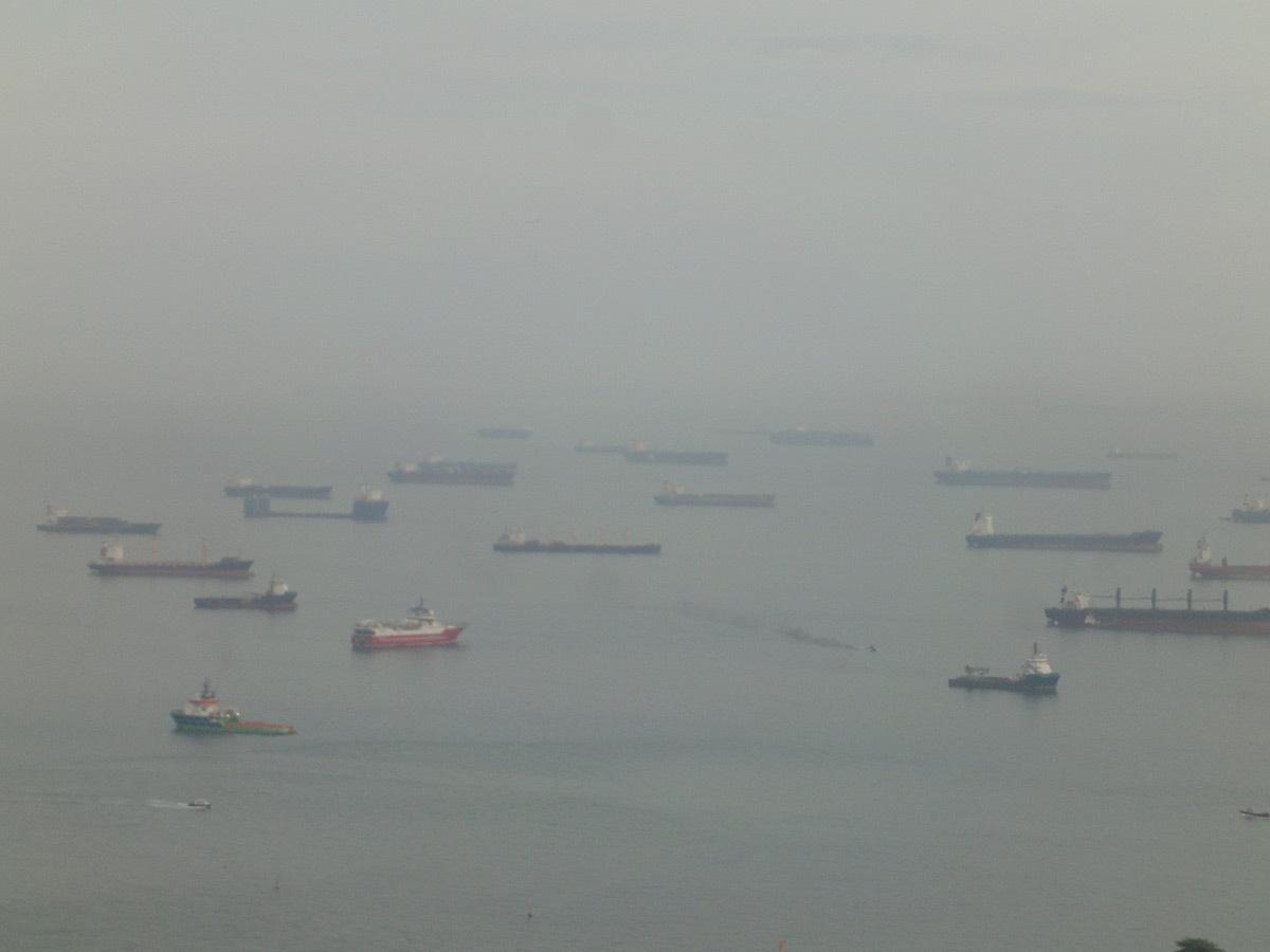 Des centaines de bateaux stationnent sur l'océan © Roger Narboni