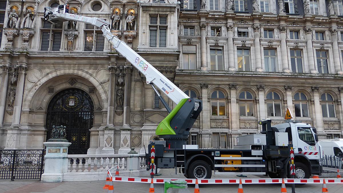 Hôtel de Ville durant la maintenance de l'illumination, Paris, France - Photo Vincent Laganier
