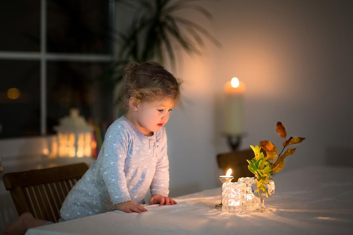 La lumière de la bougie apporte la magie, la chaleur et une belle lumière - Photo : Famveldman/Fotolia