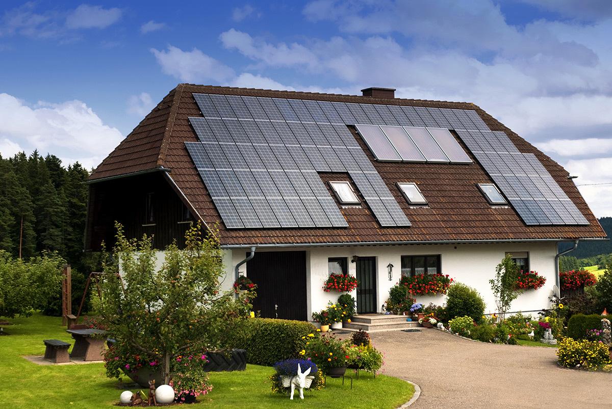 Panneaux solaires sur une maison © Shutterstock