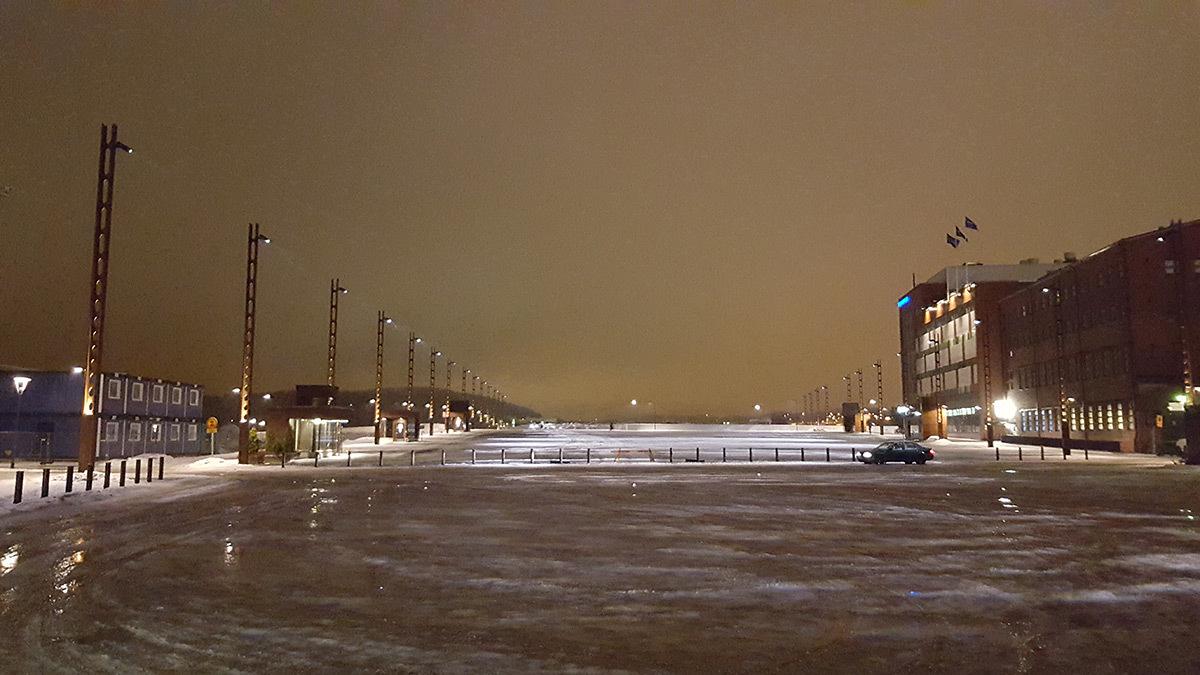 La grande esplanade enneigée du centre des expositions, Jyväskylä, Finlande - Photo : Roger Narboni
