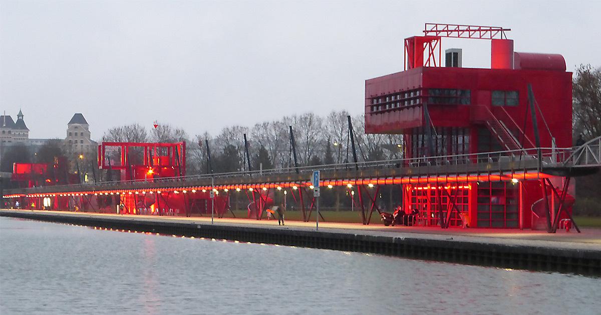 Canal et galerie de l'Ourcq, Parc de La Villette, Paris, France - Architectes : Bernard Tschumi - Concepteur lumière : Maurice Brill, MBLD - Photo : Vincent Laganier