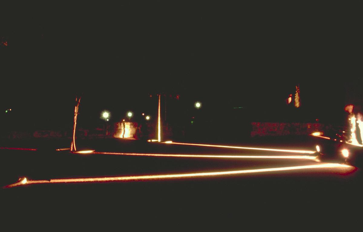 Rond-point d'accès - Lumière(s) en usage - Bourg de Champcevinel, Dordogne – Conception lumière : Anne Bureau et Stephane Carratero - 17 au 20 septembre 1998 - Photo : Vincent Laganier