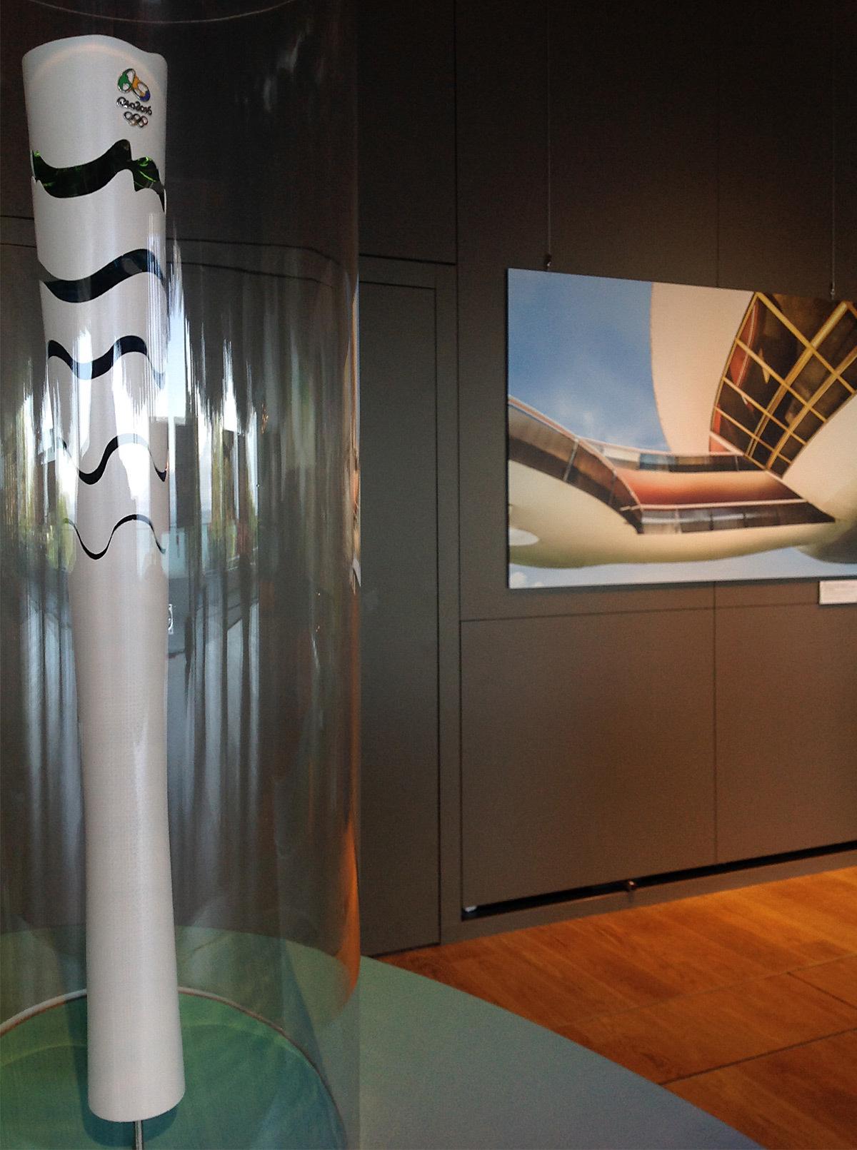 Cap sur Rio 2016, la torche olympique 2016 et photo du Musee art contemporain de Niteroi, architecte Oscar Niemeyer © CIO - Vincent Laganier