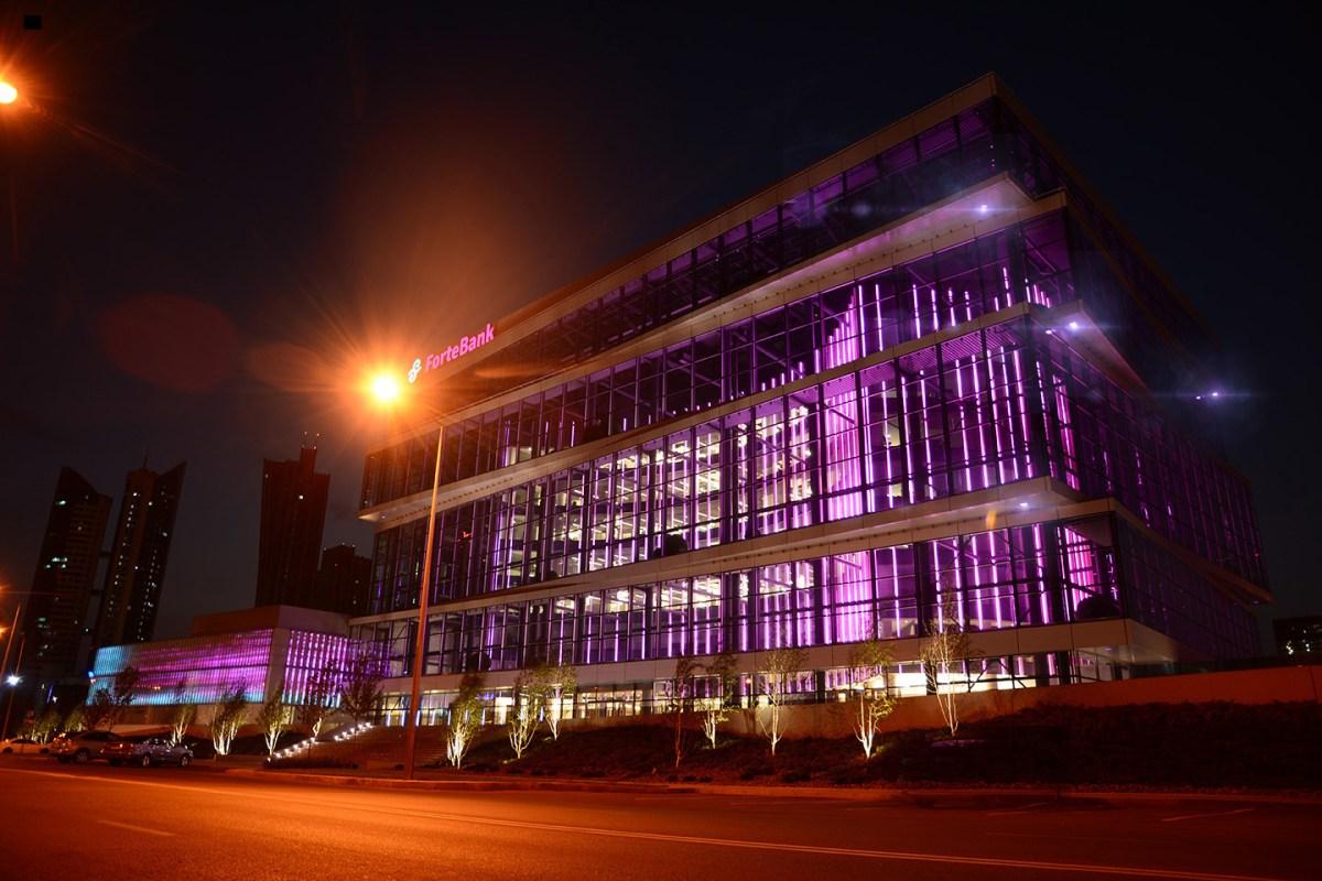 ForteBank, Astana, Kazakhstan - Vue extérieure de nuit - Architecture : Saraiva & Partners -Conception lumière et image : Alexandre Kolinka