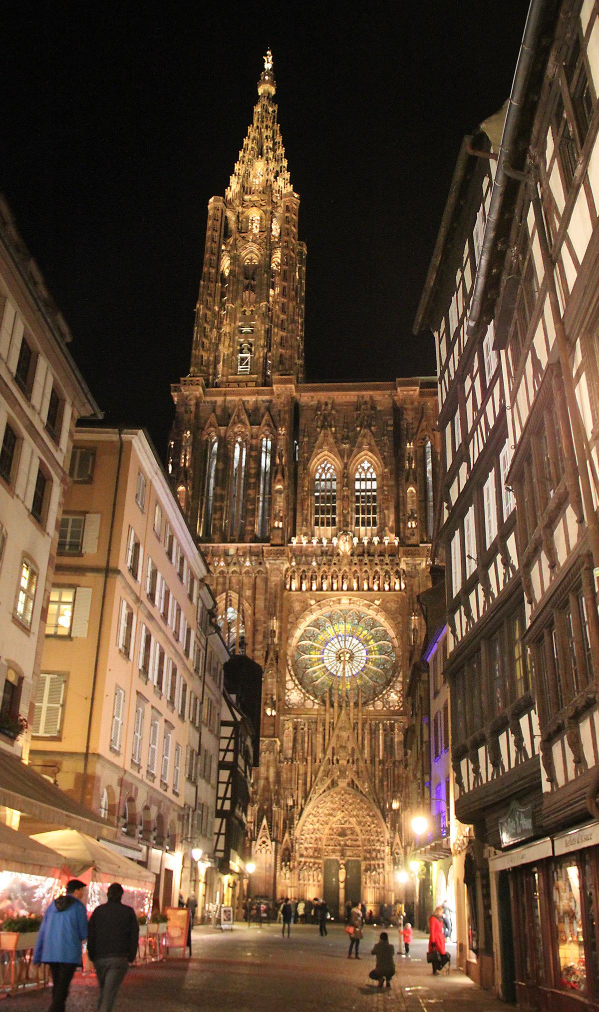 Façade occidentale de la rue Mercière - Cathédrale Notre-Dame, Strasbourg, France - mise en lumière pérenne - Conception lumière : L'Acte Lumière © Vincent Laganier
