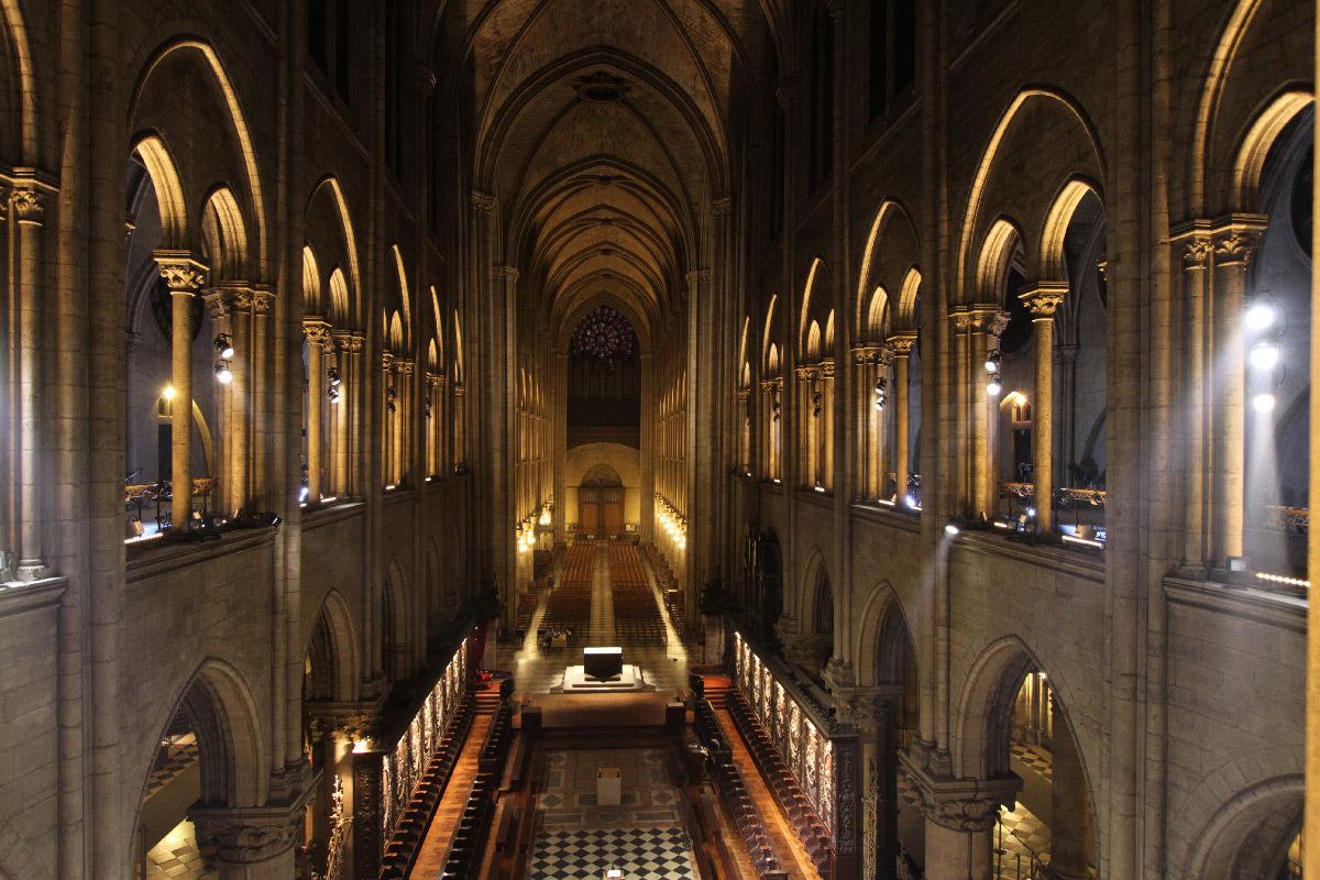 Cathédrale Notre-Dame de Paris, France - axe de la nef, depuis le chœur, intérieur - Conception lumière : Armand Zadikian