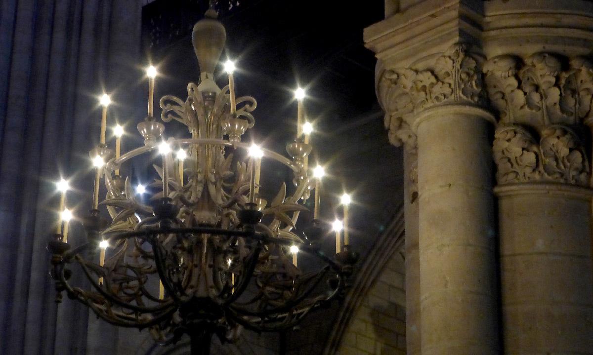 Cathédrale Notre Dame de Paris, France - lustre intérieur - Conception lumière : Armand Zadikian