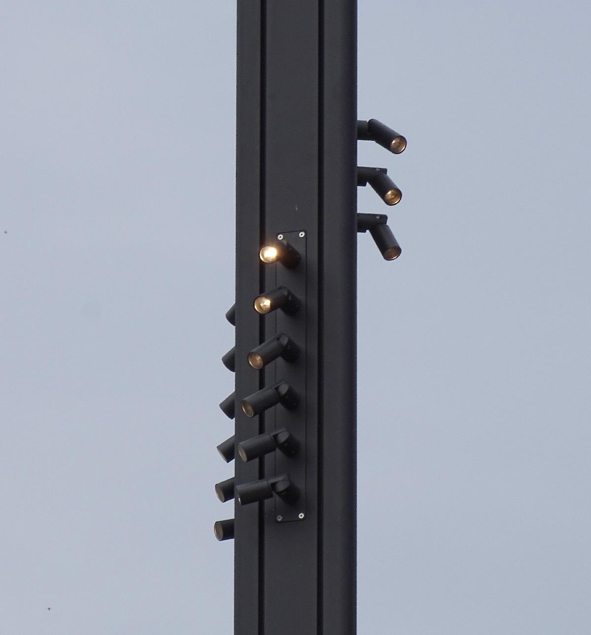 Détail des mats d'éclairage urbain - Esplanade du Flon, Lausanne, Suisse - Concepteur lumière : Les Éclairagistes Associes - LEA