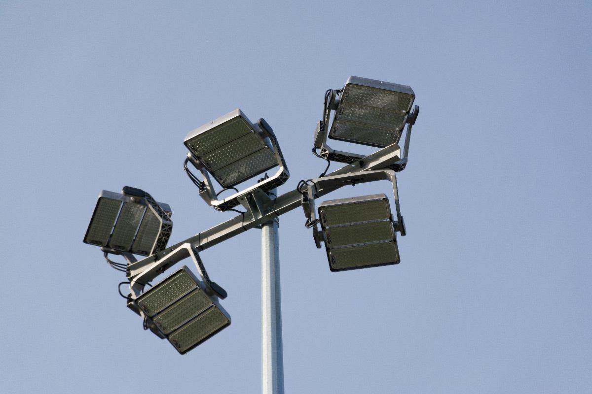 Projecteurs LED en haut d'un mât de terrain de football