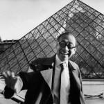 Ieoh Ming Pei, architecte, devant la Pyramide du Louvre © Marc Riboud