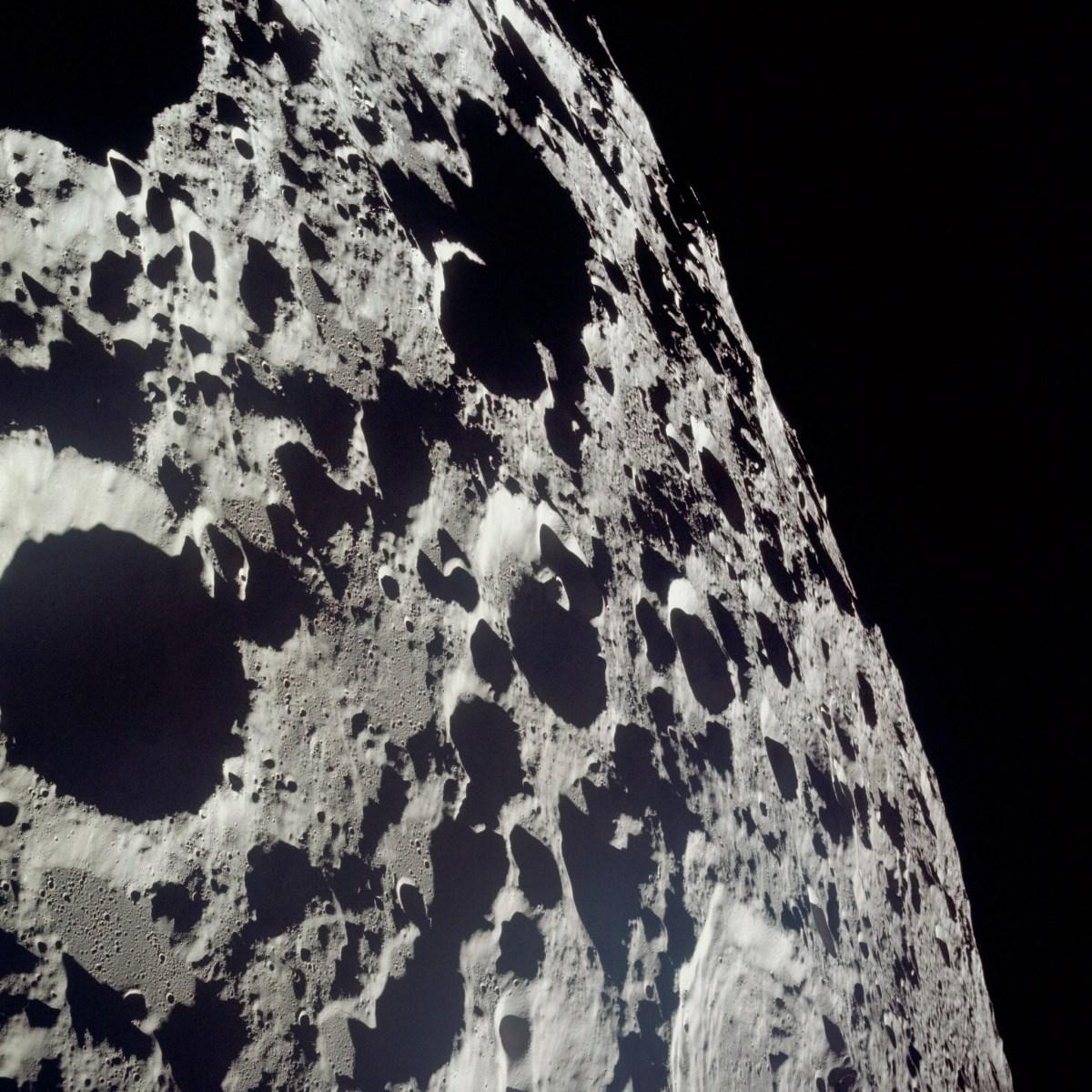 Surface lunaire aride et pleine de cratères de météorites du vaisseau Apollo 11, mission atterrissage lunaire, lumière rasante du Soleil sur la Lune © NASA - as11-44-6608 - 20 Juillet 1969