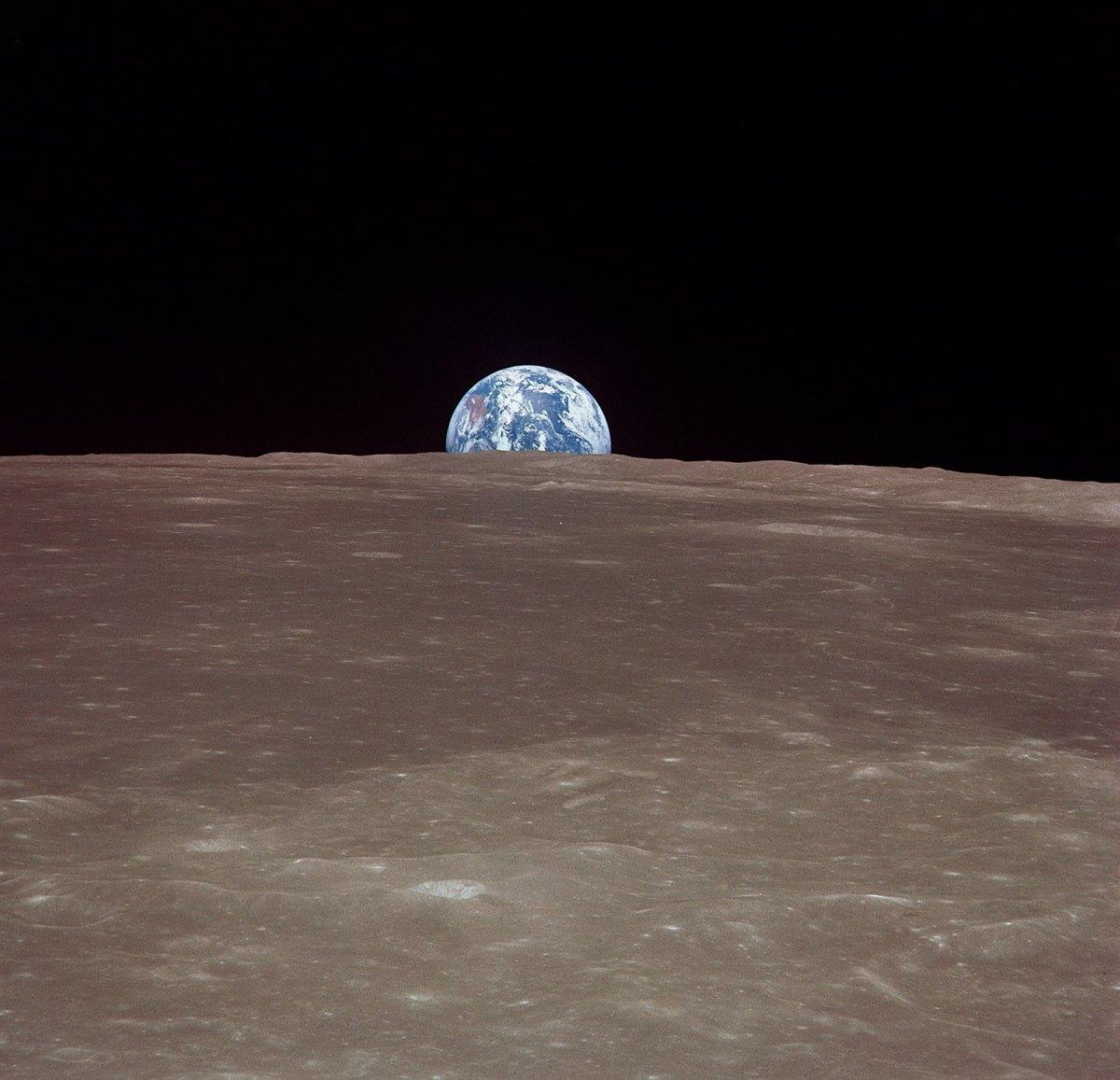 Vue du vaisseau Apollo 11, Terre se levant sur horizon de la Lune - Surface lunaire de image est proche de la Mer de Smyth, Lune © NASA - as11-44-6548 - 16-24 Juillet 1969