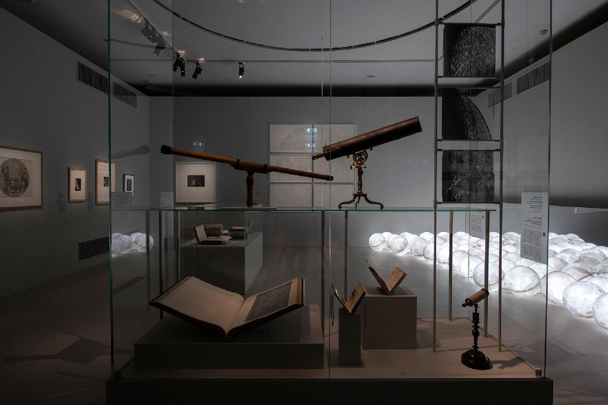 Vue exposition La Lune, Paris - Scénographie : agence bGc Studio