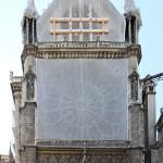Cathédrale Notre-Dame de Paris, pignon nord du transept, rosace avec bâche et vitraux, vue extérieure - Septembre 2019 © Vincent Laganier