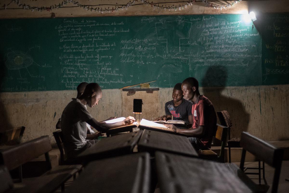Lampe solaire Kalo 1500 et enfants en train de lire le soir - Fabricant Lagazel © Nicolas Réméné