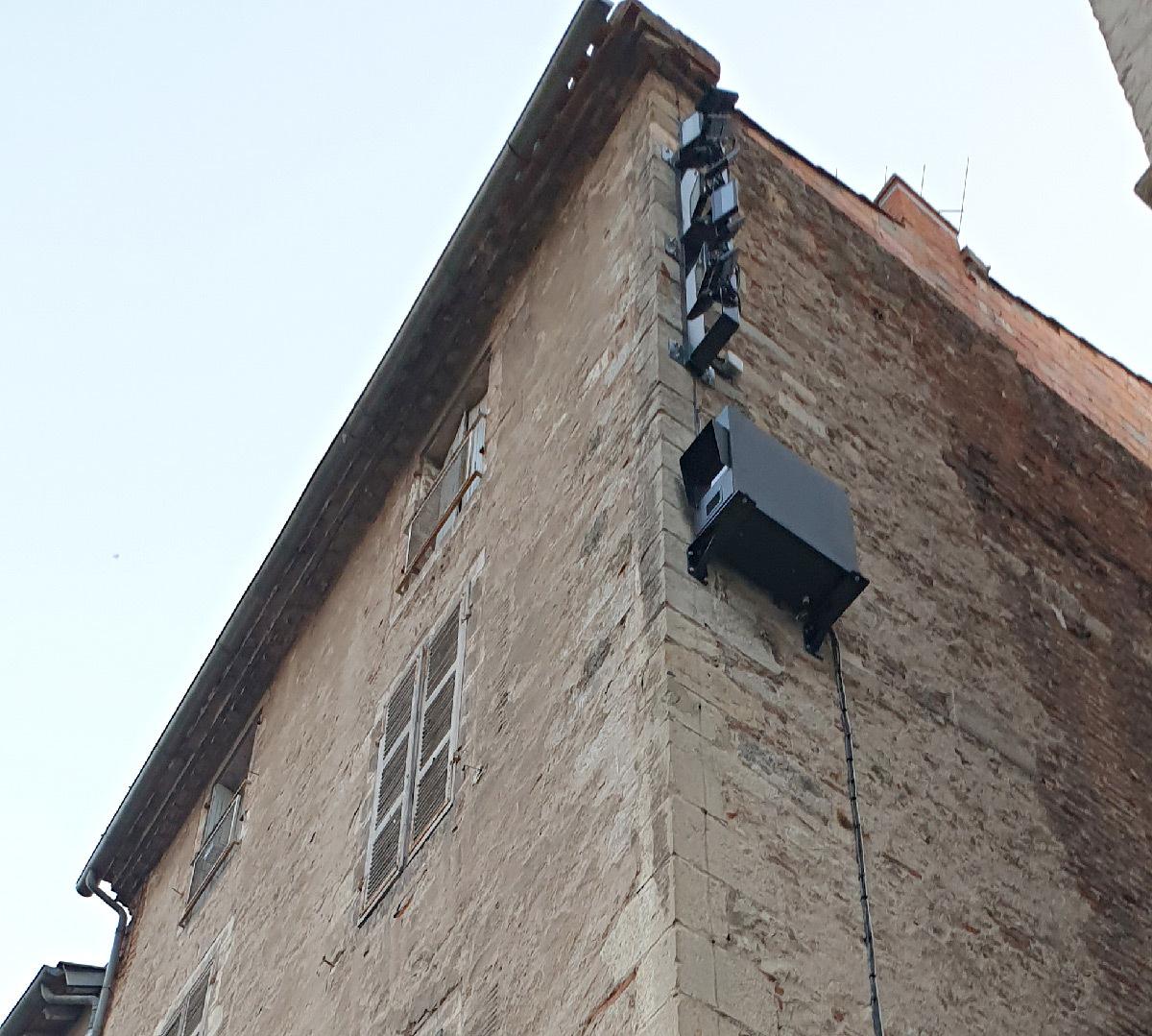 Caisson vidéoprojecteur vertical CL-VPBOX et projecteurs devant la façade de la cathédrale de Cahors, Lot, France © Quartiers Lumières