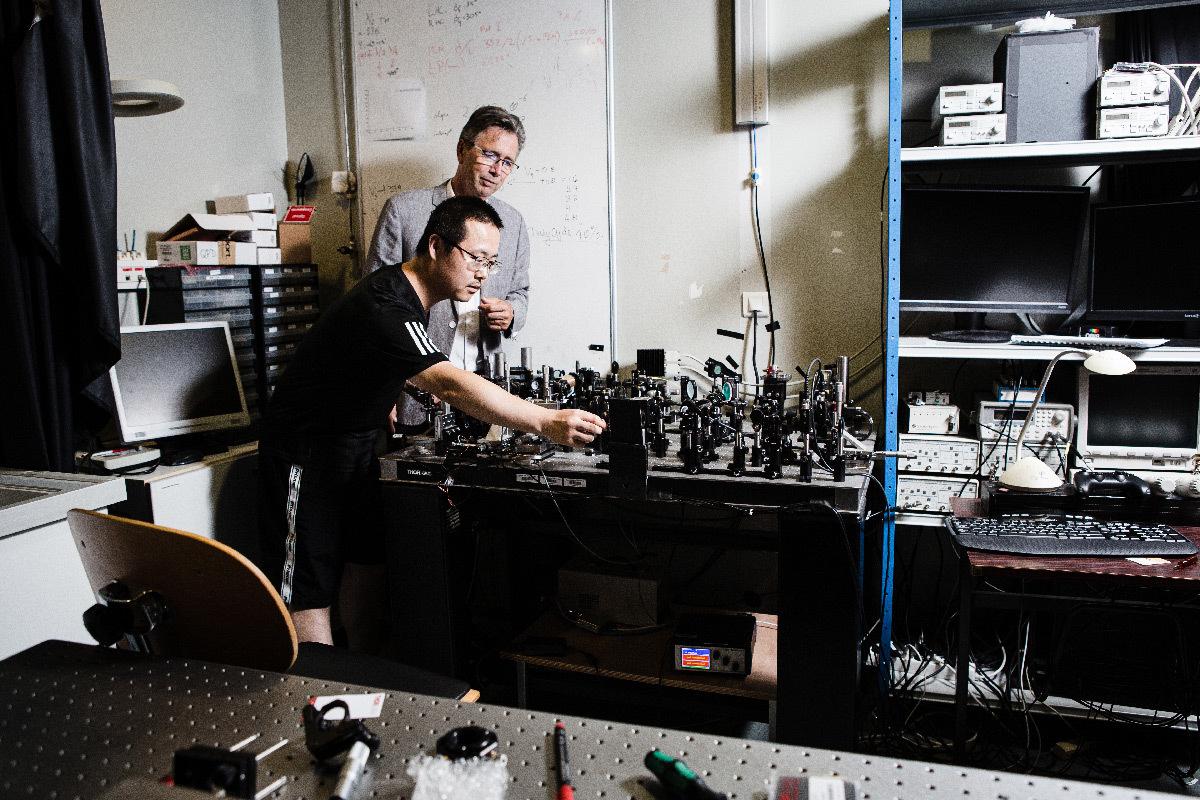 Thomas Ebbesen et Wang Kuidong (post-doctorant de physique) au Laboratoire des nanostructures à l'Institut de science et d'ingénierie supramoléculaires (ISIS, CNRS/Université de Strasbourg) © Frédérique PLAS - ISIS - CNRS Photothèque