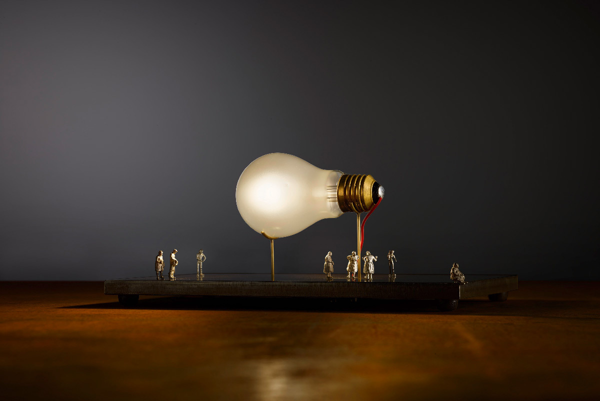 I Ricchi Poveri - Monument for a Bulb, 2014 - Luminaire à poser - Designer : Ingo Maurer © Ingo Maurer GmbH, Munich