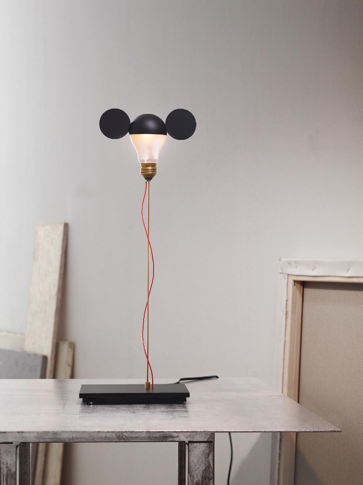 I Ricchi Poveri - Toto noir - Monument for a Bulb, 2014 - Designer : Ingo Maurer © Ingo Maurer GmbH, Munich