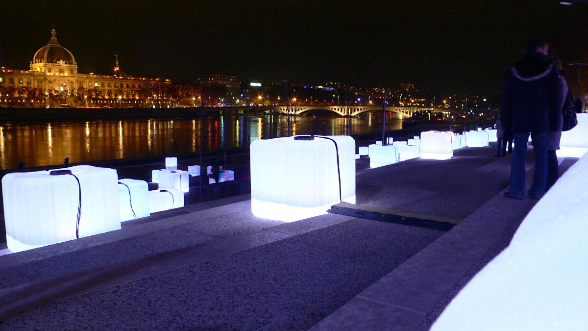 En mille morceaux de lumière, terrasses de la Guillotière, Lyon - Plasticiens lumiere François Fouilhe et Jean-Baptiste Laude, TILT - Fête des lumières 2008 © Vincent Laganier