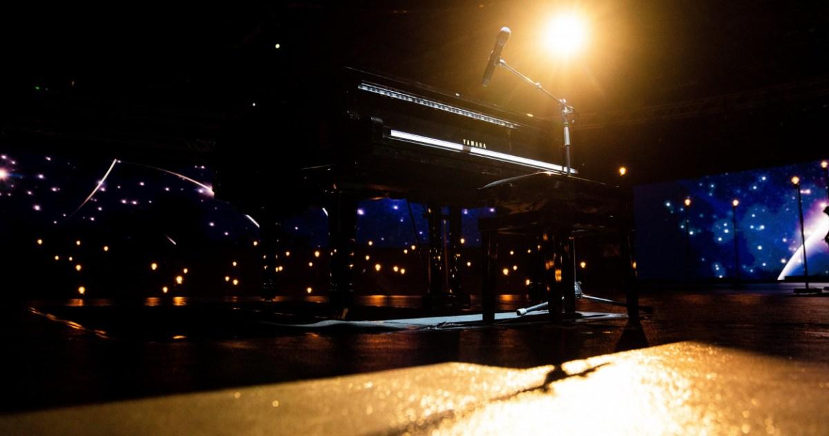 Eurovision 2020, Europe Shine A Light - Piano du chanteur backstage
