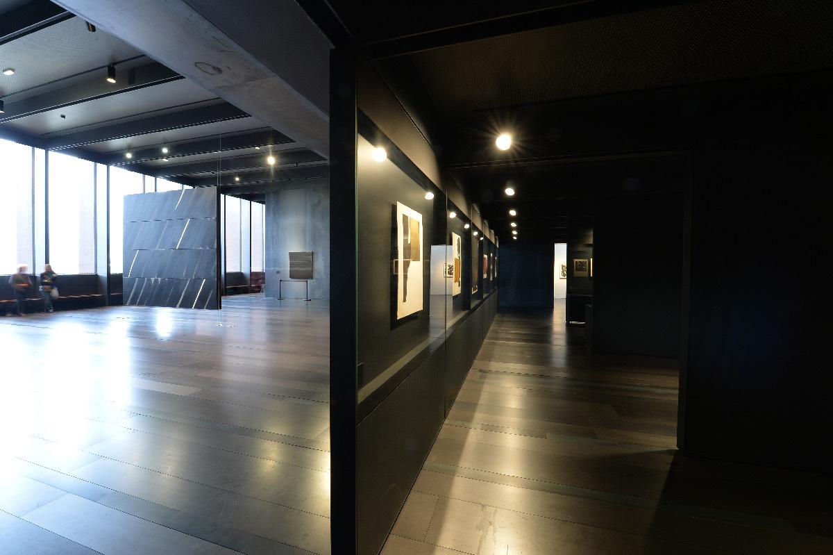 Musée Soulages, Rodez, France -scénographie intérieure, lumière naturelle et éclairage accentuation