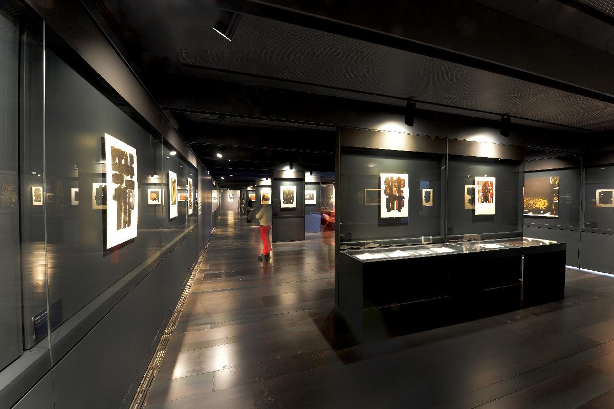 Scénographie intérieure, peintures de Pierre Soulages, éclairage accentuation