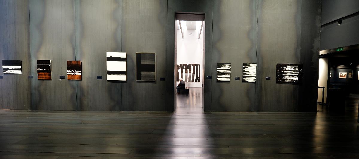 Scénographie intérieure, peintures de Pierre Soulages, éclairage accentuation, lumière naturelle
