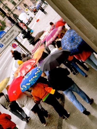 Festival mundial de sombrinhas (tem gente do mundo todo andando nessa chuvinha fina)