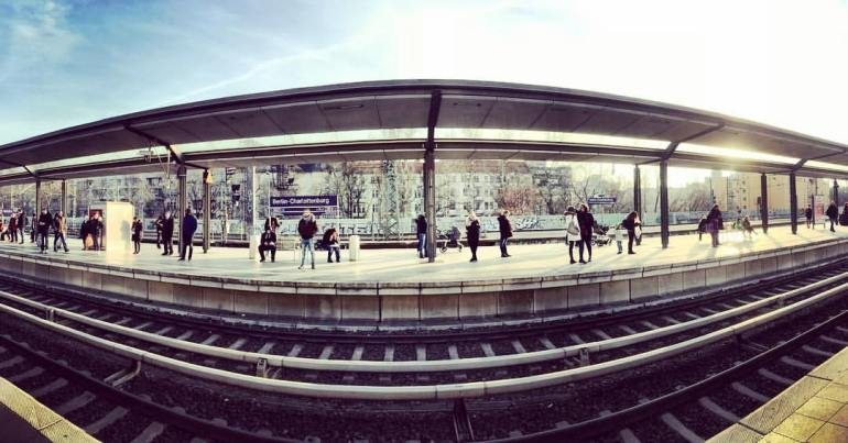 #paracegover A imagem mostra uma visão panorâmica da estação de trem Charlottenburg. Faz sol (a foto é de ontem) e as pessoas aguardam a chegada do trem. — at Berlin-Charlottenburg station.