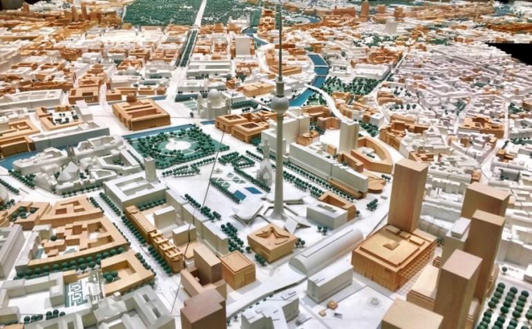 A Torre de Tv na Alexanderplatz. Os blocos brancos já existiam em 1990. Os de madeira são posteriores e vão sendo sempre atualizados.