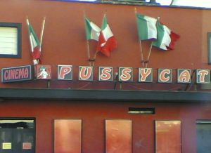 In vendita i locali del Pussycat, ultimo cinema a luci rosse a Milano