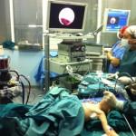bimbo inala fagiolo operazione sala operatoria