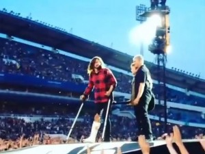 Dave Grohl dei Foo Fighters cade dal palco