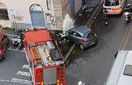 Incidente in via Canevari, auto centra un idrante