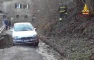 Masone - Auto in bilico per una frana, intervento dei Vigili del Fuoco