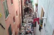 Centro Storico - Discarica nel cavedio a Pré, pulizie in corso
