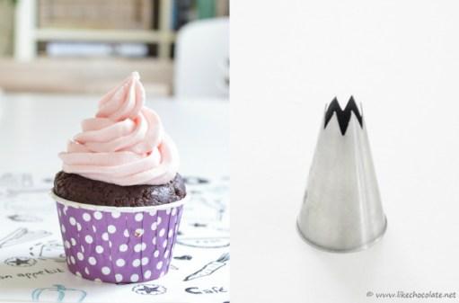 Primjer ukrašavanja cupcakea otvorenim zvjezdastim nastavkom
