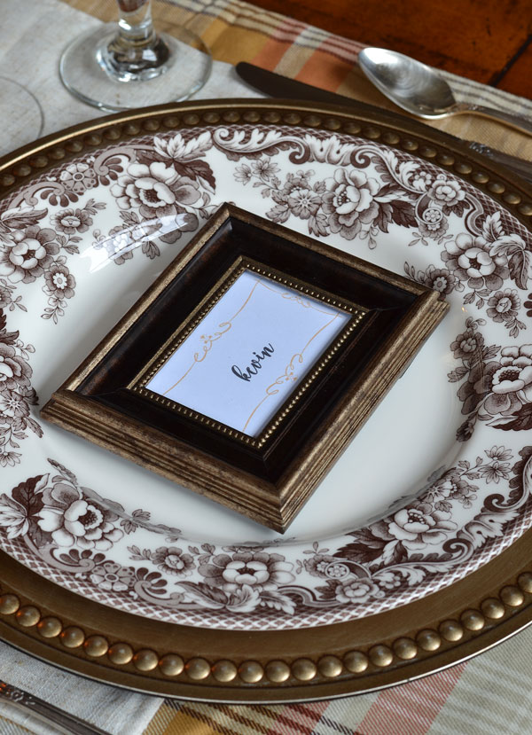 spode-delamere-with-gold-chargers-and-picture-frame-place-cards