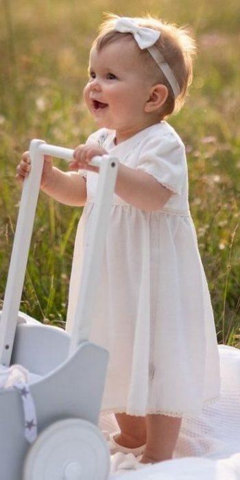 klasyczna-prosta-sukienka-na-chrzest-dla-dziewczynki-koronka-buciki-opaska-do-chrztu-amelia-haftowana-lilen