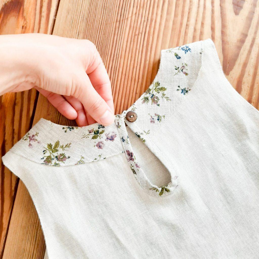 piekne-proste-naturalne-zdrowe-lniane-ubranka-dla-dzieci-sukienka-w-kwiatuszki-zapinana-na-kokosowy-guzik-na-debowej-desce-piekne-detale-audrey-lilen