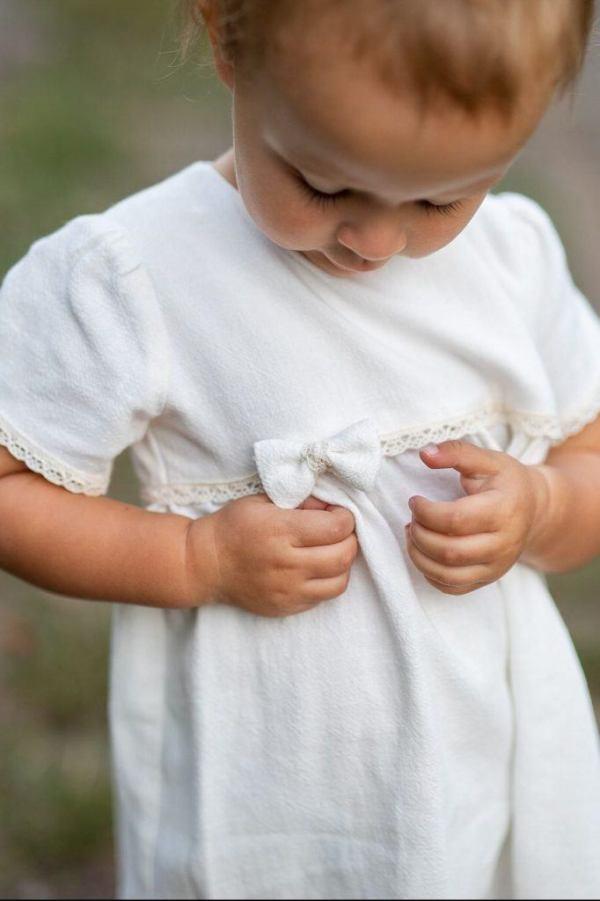 sukienka-dla-niemowlaka-na-wesele-biala-z-kokardka-koronka-szyta-recznie-w-polsce-naturalne-ubranka-od-lilen