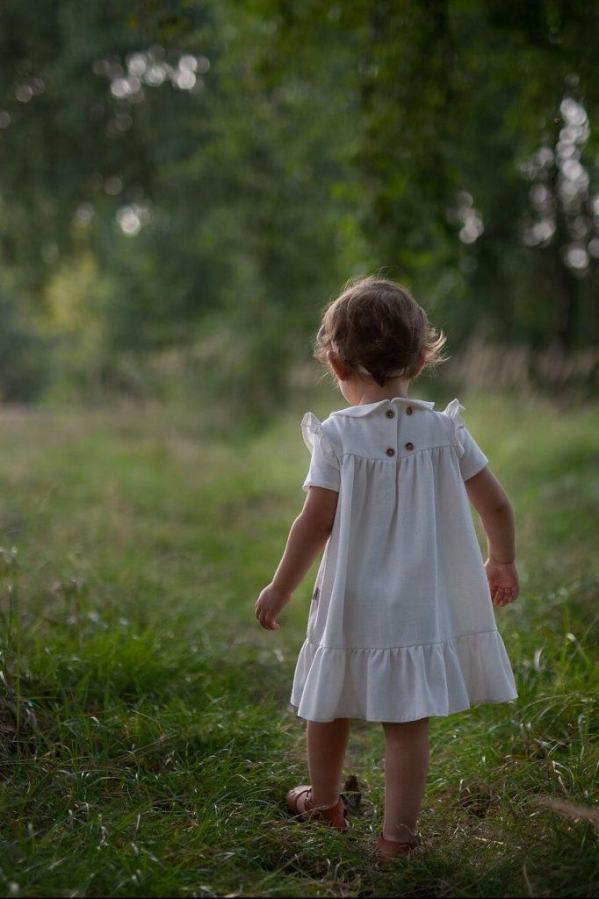sukienka-vintage-dla-dziewczynki-z-drewnianymi-guzikami-na-slub-wesele-chrzest-urodziny-roczek-z-falbana-szyta-w-polsce-lilen
