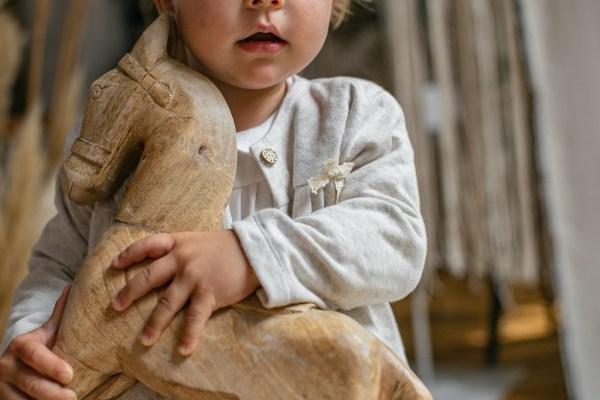 bialy-sweterek-dla-dziewczynki-do-chrztu-drewniany-konik-slaska-prohibicja-polska-marka-polski-sklep-lilen