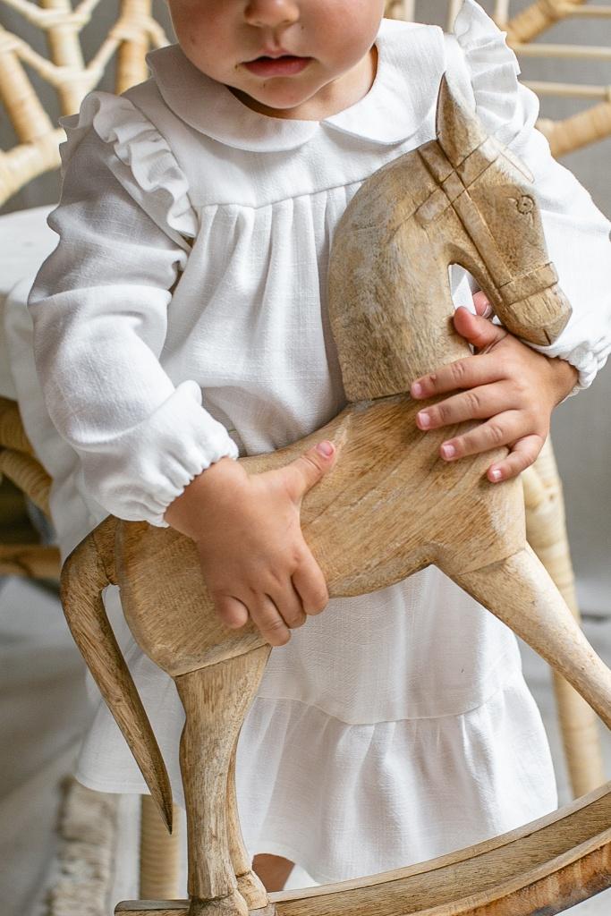 elegancka-sukienka-dla-dziewczynki-z-kolnierzykiem-bebe-z-dlugim-rekawem-do-chrztu-na-roczek-drewniany-konik-slaska-prohibicja-lilen