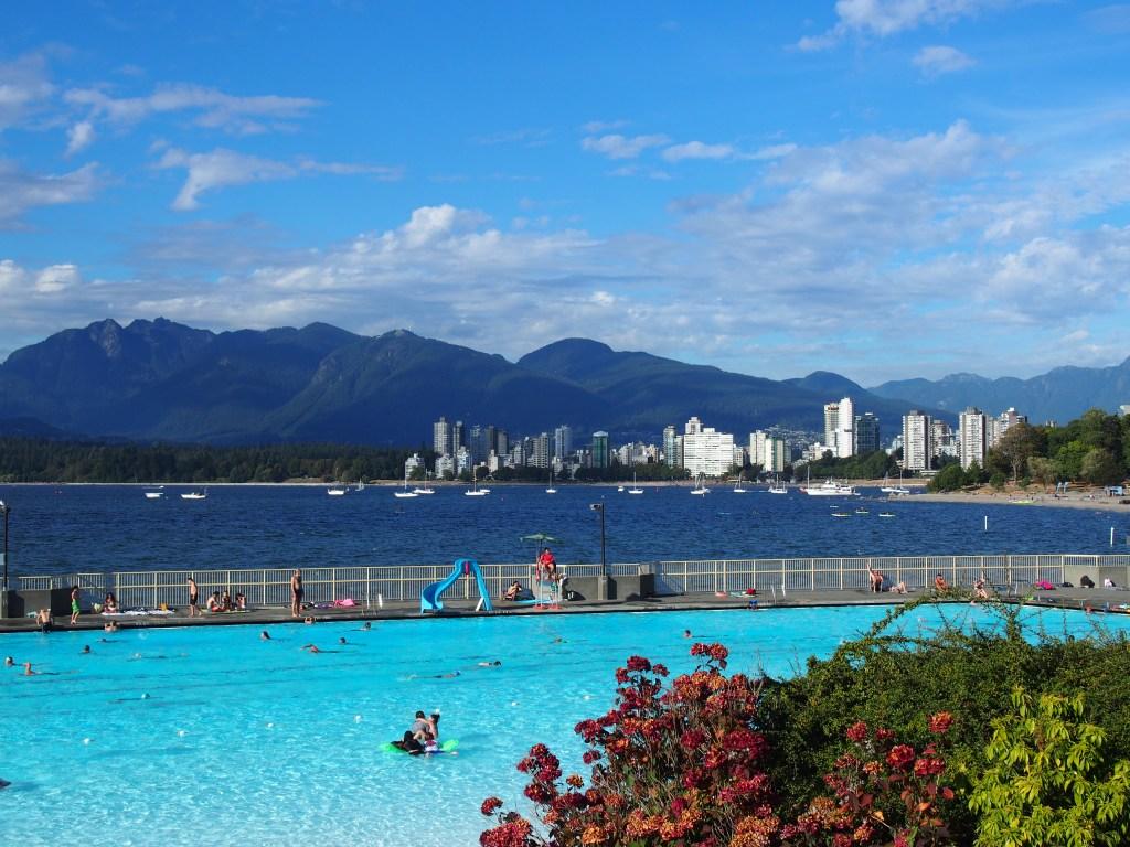 La vue sur Vancouver depuis la piscine de Kitsilano