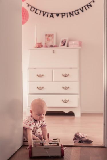 Hon är så söt vår lilla docka när hon leker, hon kan verkligen fastna i det hon gör.