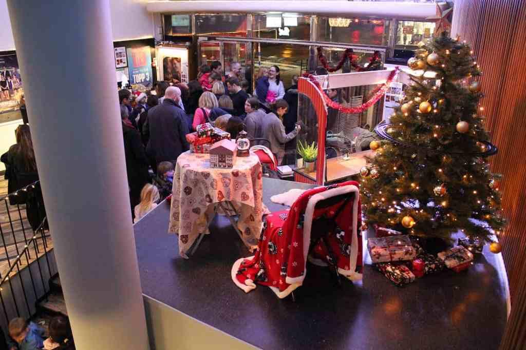 Foajén i samband med Pettson får julbesök